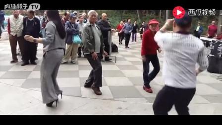美女在香港公园唱跳刀郎经典歌曲《冲动的惩罚》,周围群众都跳