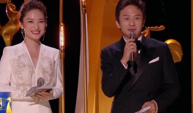金鸡奖女主持人打断邓超, 说了一句话让邓超很尴尬, 画面难以描述