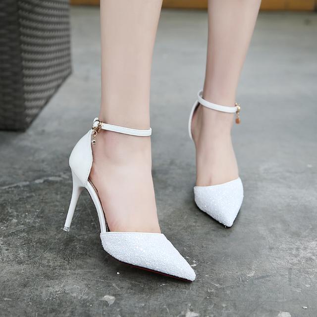 闷热的夏季准备一双显白显高的尖头高跟鞋哦! 不仅清凉还能秀美腿