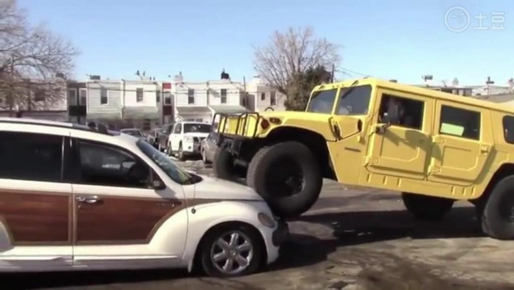 女司机乱抢占车位,悍马车主发飙,直接碾压