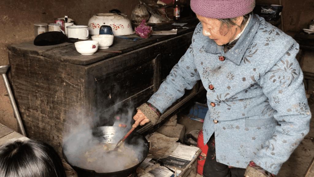 九旬奶奶,大雪天煮了一锅老式火锅,就为寒冬给孩子们暖暖身子