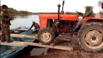 农民自制拖拉机过河设备,看看河底有多少拖拉机