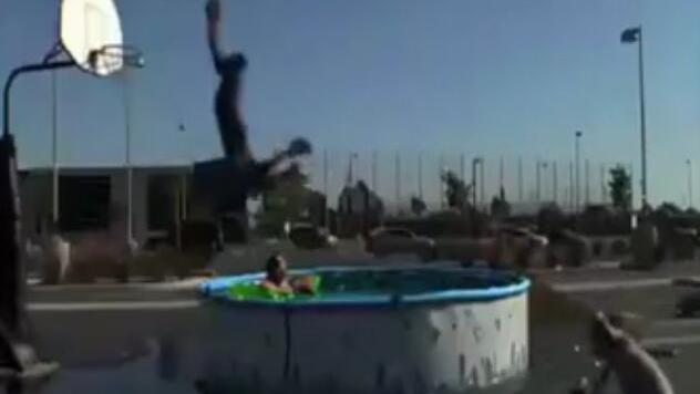 科比另类扣篮 超刺激的飞跃蛇池表演