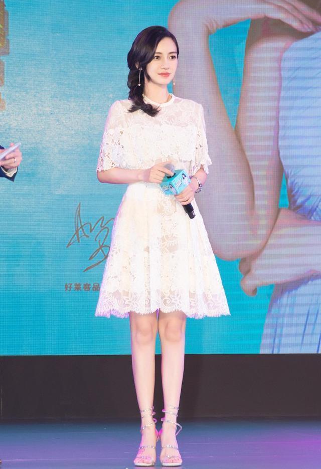 baby出席某活动现场照片曝光,杨颖身穿一袭白色蕾丝连衣裙,非常有公主