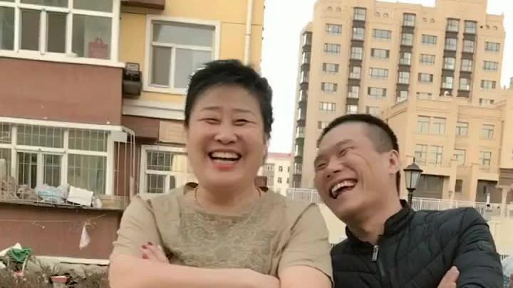 相差20岁老妻少夫看看我俩多高兴开心快乐过好每一天喜欢的给个双击