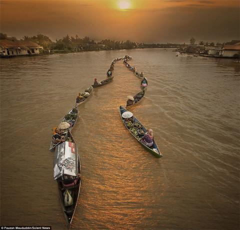 魅力独木舟: 印尼水上市场风情无限