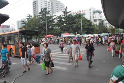 图为附近的康定路市场,9月6日以后,海泊河早市的摊主们将在这里售货.