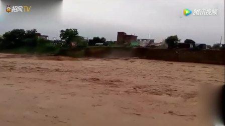 男子在河边拍摄洪水流过, 在洪水冲塌桥梁的瞬间飞出不明生物
