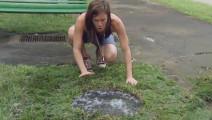 恶作剧: 熊孩子蹦跳玩水,不慎掉入无井盖的下水道