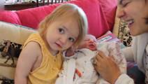 小萝莉见到刚出生的弟弟,她的反应让爸爸妈妈的心都暖化了!