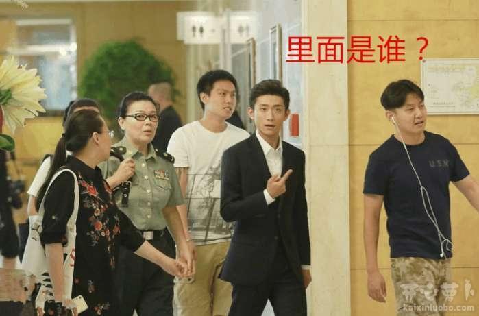 劉亦菲上個廁所, 安全做得很到位, 都需要多名男保鏢護太送陣仗大, 重圖片