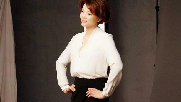 董卿的优雅气质太强烈, 穿西装配白衬衫超高级, 波波头发型好洋气
