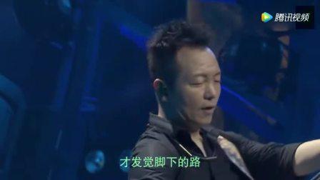 许巍此时此刻北京演唱会现场演唱《蓝莲花》现场几万人起立欢呼