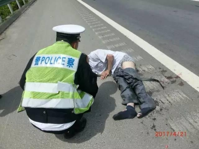 男子满脸血躺高速上 旁边石块留下数字