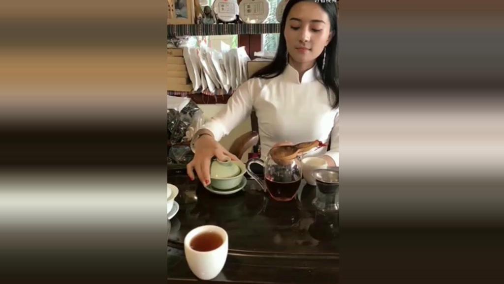 佤族姑娘展示茶艺,气质优雅,清新脱俗,你心动了吗?