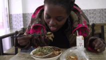 黑人美女第一次尝试中国小吃煎饼果子,好吃到简直要飞起来