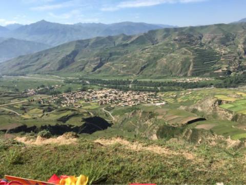青海省黄南州同仁县曲麻村是一个各方面都很落后的的藏族村落,距乡