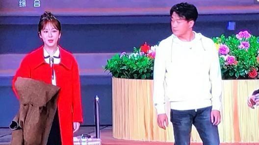 杨紫佟大为小品获好评! 佟大为晒出后台年夜饭, 网友: 太节俭了