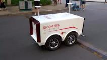 网友在人民大学,拍到京东送货机器人,太智能了!
