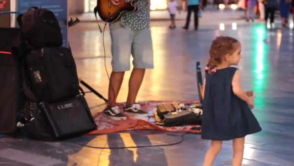 外国街头帅哥吉他弹冠军神曲,小可爱一旁伴舞,这也太萌了吧!