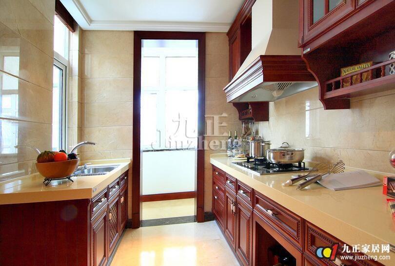 在厨房中间增加一个岛台,使厨房显得更时尚高档,岛台可兼餐桌使用,更