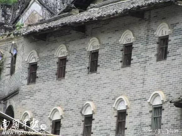 宅屋,建于民国初年,为抬梁兼穿斗式木构架结构,东墙上下两层全是欧式