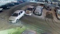 监拍停车场上的诡异画面,副驾开车顶飞前车逃逸