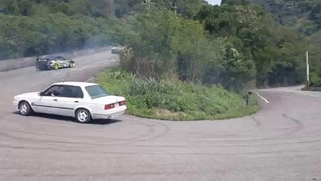 跑车在山路玩漂移,后边还跟着一辆AE86!