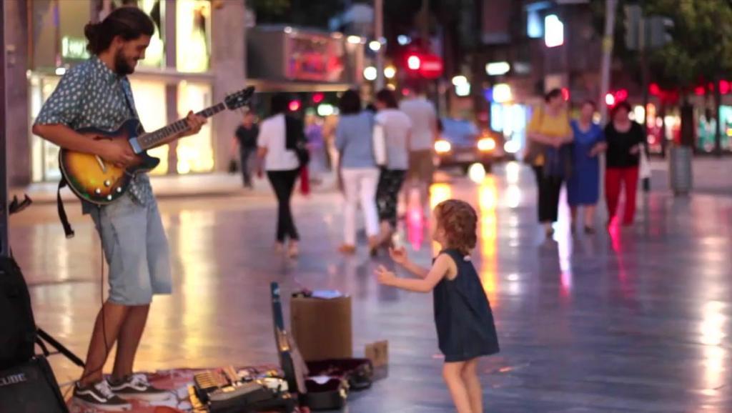 当超萌可爱小萝莉街头听到神曲《Despacito》时,忍不住舞动起来
