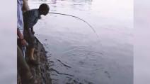 哥们在小湖边钓鱼,大家都以为他疯了,没想到起竿时,全都懵了