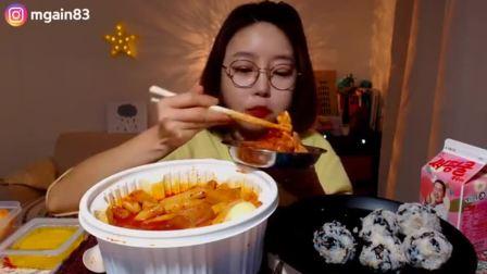 看着很开胃很好吃的样子, 看的我饿了, 美女吃播年+饭团!