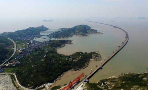 大桥工程是舟山绿色石化基地对外连接的唯一陆上交通干道,连接鱼山岛