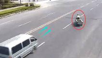 【车祸】任性三轮车大爷随意变道,他以为面包车不敢撞?