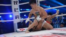 日本拳手不断摊手挑衅遭中国龙暴打,观众大喊: 打死他,打死他