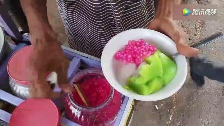 这个绿色的小吃是什么? 果冻还是凉粉? 看上去真好吃
