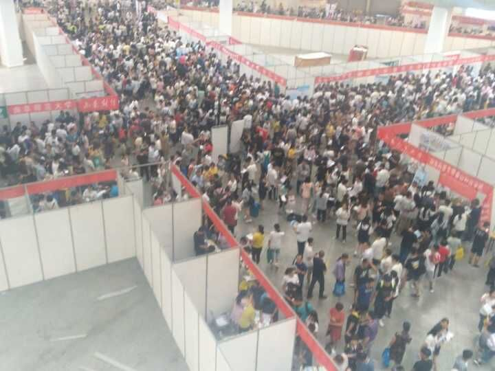 近三百所高校莅临潍坊最大规模高招会