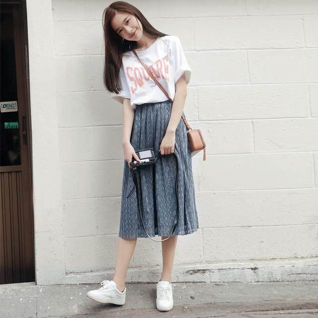 半身裙款式_深色系的短款半身裙, 微微的小A样式, 并且又是短款