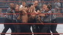 WWE俩仇敌杀红眼了!九个裁判拉不开 你能想象生活中他俩是好友吗