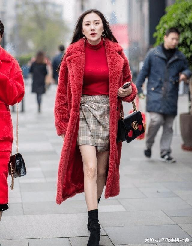 """小姐姐的麂皮绒大衣""""哪里""""买的, 很时尚"""