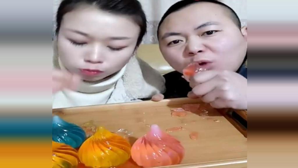 吃冰夫妻冻空心包子冰,颜色很漂亮,冰冰凉凉可以吃