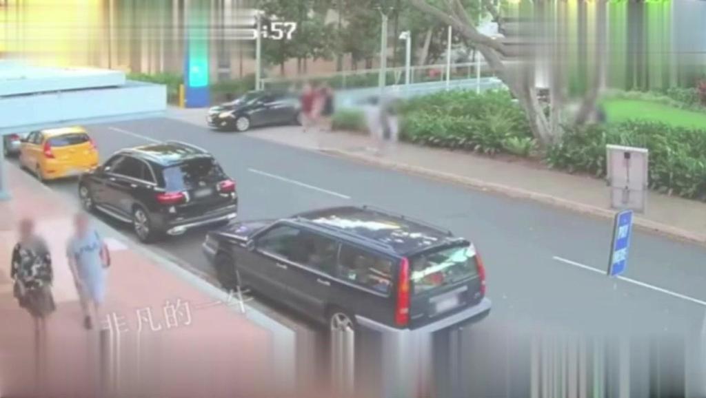 高速唯丰田霸道插队,18辆车都排队进匝道,下一秒一脸人生质疑