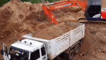 挖掘机给卡车装土,这速度卡车司机坐不住了爬上车顶看看