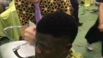 非洲小伙来中国理发店理发,愁坏了理发师,最后大师上阵帮搞定,引店里人强势围观,火了