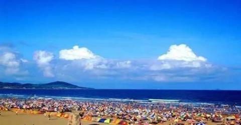 青岛金沙滩位于山东半岛南端黄海之滨,青岛市黄岛区(青岛开发区)凤凰