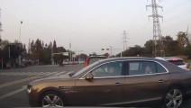 宾利女司机开车真嚣张,路口横行转弯
