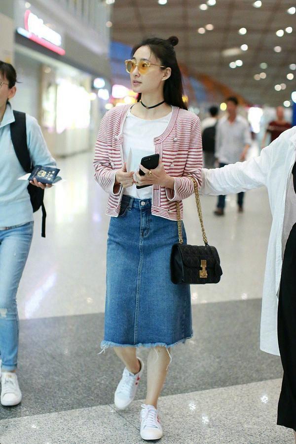 周迅素颜现身机场, 43岁的她丝毫不输素颜的周冬雨, 这点更是秒杀32岁