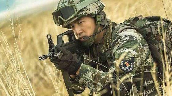 《戰狼2》後又一軍事大作, 背景強大真槍實彈, 90%的演員都是軍人