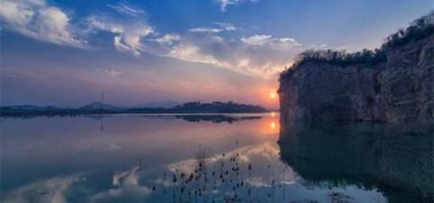 香山湖:是国家水利风景区,山上的空气特别的清新,香山红叶红透香山