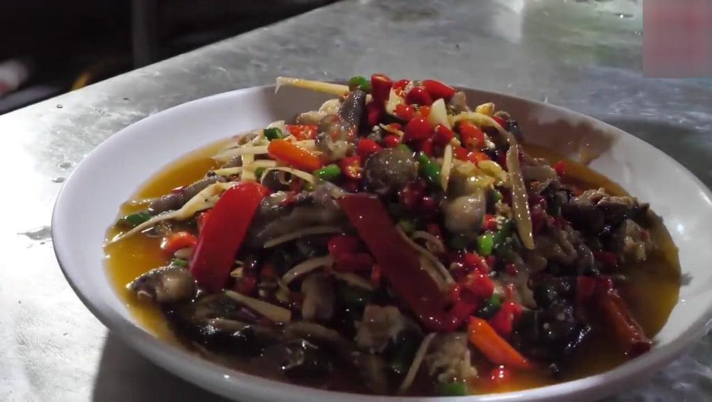 吃货老外在四川,200元吃了一桌正宗川菜,辣坏了,越辣吃的越香.