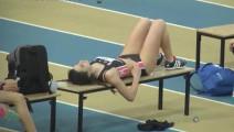 女子跳高挑战1米7两次失败,气不过,长椅上一躺,起来秒变女超人